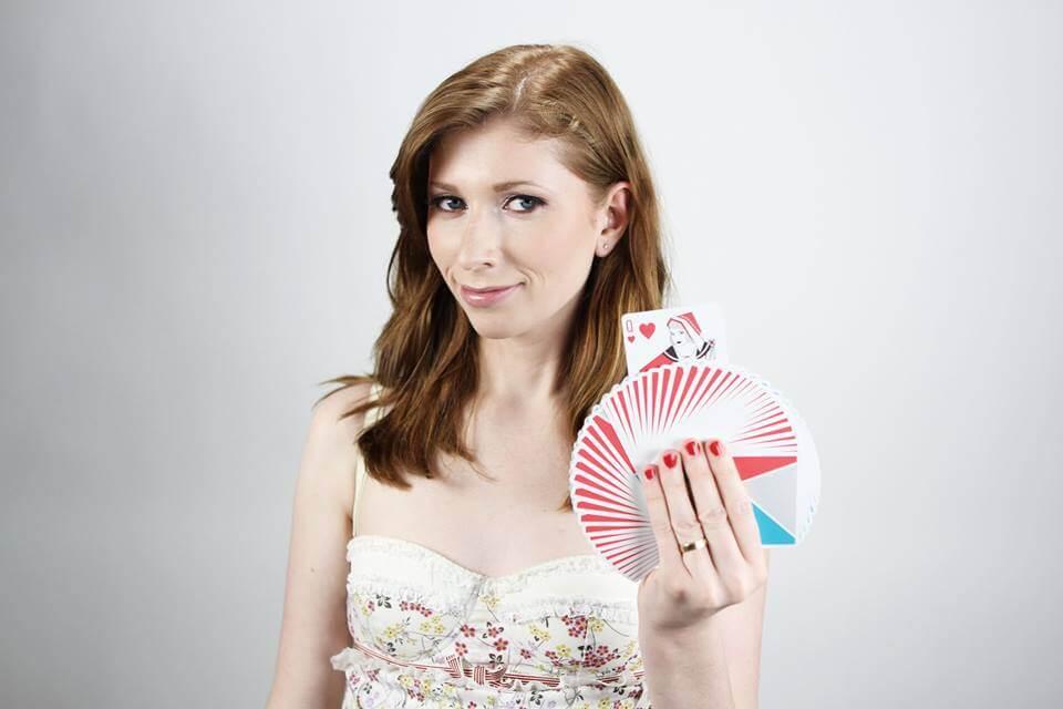 kvinnelig tryllekunstner med kort